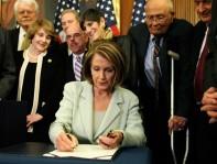 Pelosi+House+Leaders+Sign+Senate+Health+Reform+0qgW4Eh_7mel